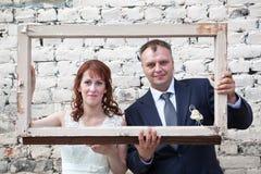Gesichter der Braut und des Bräutigams im Porträtrahmen Stockfotos