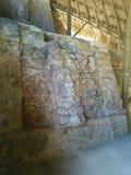 Gesichter schnitzten im Stein auf zwei Niveaus in den Mayaruinen lizenzfreies stockbild