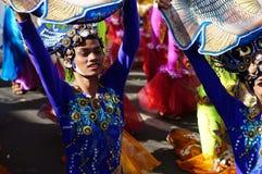 Gesichter von Karnevalstänzern in den verschiedenen Kostümen, die entlang die Straße tanzen stockbilder