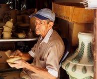 Gesichter von Kuba-Mann Tonwaren in Trinidad machend lizenzfreie stockfotografie