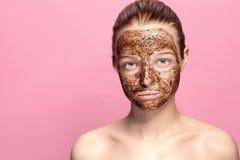 Gesichts-Haut scheuern sich Porträt sexy lächelnder weiblicher vorbildlicher Applying Natural Coffee-Maske, Gesicht scheuern sich lizenzfreie stockbilder