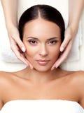 Gesichts-Massage.  Nahaufnahme einer jungen Frau, die Badekur erhält. Lizenzfreie Stockfotos