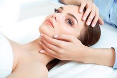 Gesichts-Massage. Nahaufnahme einer jungen Frau, die Badekur erhält. stockfotos
