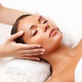 Gesichts-Massage. Nahaufnahme einer jungen Frau, die Badekur erhält. Stockfotografie
