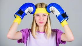 Gesichts-Umarmungskopf des Mädchens schmerzlicher mit Boxhandschuhen Getrennt auf Weiß Halten Sie Ruhe und werden Sie Kopfschmerz lizenzfreies stockbild