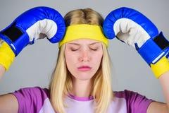 Gesichts-Umarmungskopf des Mädchens schmerzlicher mit Boxhandschuhen Kopfschmerzenabhilfen Getrennt auf Weiß Halten Sie Ruhe und  lizenzfreies stockbild