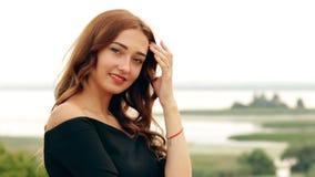 Gesichtsausdrücke von Gesichtsänderungen einer jungen Frau von einem ernsten Gesicht und von Drehungen in aufrichtiges Gelächter, stock video