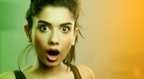Gesichtsausdruck der entsetzten überraschten jungen Frau lizenzfreie stockfotos