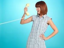 Gesichtsausdrucktelefon der jungen Frau überraschtes Lizenzfreies Stockbild
