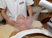 Gesichtsbehandlung an einem Badekurort Stockbild