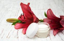 Gesichtscreme mit Lilienblumen Lizenzfreie Stockfotografie