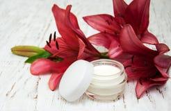 Gesichtscreme mit Lilienblumen Lizenzfreies Stockbild
