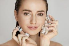 Gesichtshautpflege Frau, die Eis-Würfel anwendet lizenzfreie stockbilder