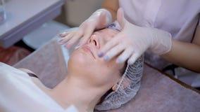 Gesichtshautpflege im Salon stock video