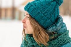 Gesichtsmädchen, das auf einem kalten Winter kaut Lizenzfreies Stockfoto
