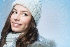 Gesichtsmädchen im Winterhut Stockbilder
