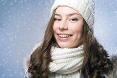 Gesichtsmädchen im Winterhut Stockfoto