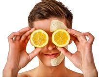 Gesichtsmannmaske von den Früchten und vom Lehm Gesichtsschlamm angewendet stockfotografie