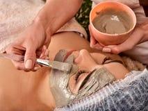 Gesichtsmaske Gesichtshautbehandlung Frau, die kosmetisches Verfahren empfängt Lizenzfreies Stockfoto