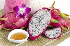 Gesichtsmaske mit Drachefrucht und -honig Stockbild