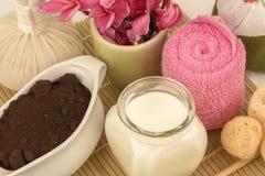 Gesichtsmaske mit neuer Milch und Kaffeesatz stockfoto