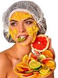Gesichtsmaske von den Früchten für Frau Mädchen im medizinischen Hut Stockbild