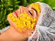 Gesichtsmaske von den Früchten für Frau Mädchen im medizinischen Hut Stockfotografie