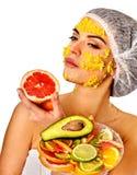 Gesichtsmaske von den Früchten für Frau Mädchen im medizinischen Hut Stockfoto