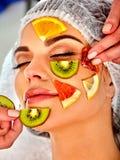 Gesichtsmaske von den frischen Früchten für Frau Kosmetiker wenden Scheiben an Lizenzfreie Stockfotos