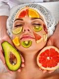 Gesichtsmaske von den frischen Früchten für Frau Schönes Gesicht des Mädchens Stockfotografie
