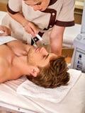 Gesichtsmassage am Schönheitssalon Elektrostimulationsfrauenhautpflege Stockbild