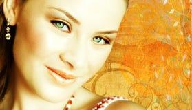 Gesichtsnahaufnahme der Frau auf grunge Hintergrund Lizenzfreie Stockfotos
