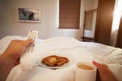 Gesichtspunkt-Bild des Mannes in Bett-aufpassendem Fernsehen stockfoto