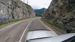 Gesichtspunkt, der auf der Autobahn auf den Asphalt fährt POV - Auto, das entlang eine Straße in den Bergen sich bewegt Auto, das stock video footage