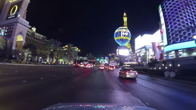 Gesichtspunkt des Verkehrs und der Neonlichter auf den Straßen von Las Vegas stock video