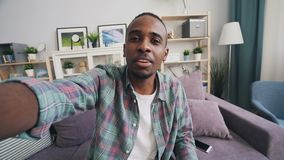 Gesichtspunkt geschossen vom frohen Afroamerikanerstudenten, der die Freunde herstellen das on-line-Videoanrufholdinggerät betrac stock video