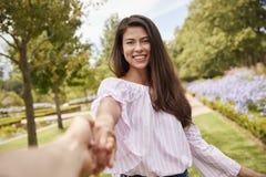 Gesichtspunkt geschossen von den romantischen Paaren, die zusammen in Park gehen stockbild