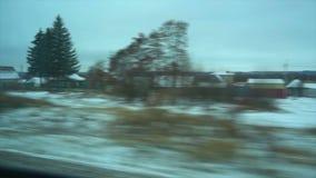 Gesichtspunkt 4K vom Fenster eines Personenzugs Der verlassene Winterwald bewegt sich außerhalb des Fensters stock footage