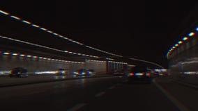 Gesichtspunkt vom Fahrer eines Autofahrens in einen dunklen Tunnel St?rschubeffekt stock video footage