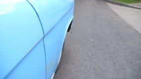 Gesichtspunkt, zum des rechten Reifens des Retro- Autos zu konfrontieren Rad des alten Automobilreitens auf Asphaltstraße Blaues  stock video footage