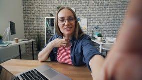 Gesichtspunktschuß des Mädchens sprechend gestikulierend, Kameraholdinggerät betrachtend stock footage