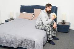 Gesichtspyjamas des bärtigen Hippies des Mannes schläfrige, die Schlafzimmerinnenraum aufwachen Tagesprogramm für gesunden Lebens lizenzfreie stockfotografie