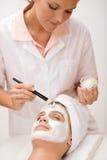 Gesichtsschablone - Frau am Schönheitssalon Stockbilder