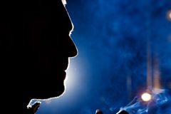 Gesichtsschattenbild des Mannes nachts Stockbild