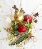 Gesierd rood paasei met verse wilde bloemen en kruiden stock afbeeldingen