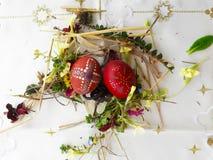 Gesierd rood paasei met verse wilde bloemen en kruiden royalty-vrije stock afbeeldingen