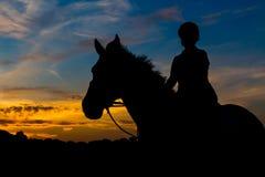 Gesilhouetteerd Rider At Sunset royalty-vrije stock foto