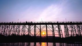 Gesilhouetteerde brug bij zonsondergang Stock Foto