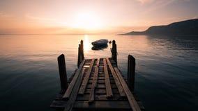 Gesilhouetteerde het roeien boot op Meer Garda, Italië Stock Foto's