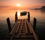 Gesilhouetteerde het roeien boot op Meer Garda, Italië Royalty-vrije Stock Fotografie